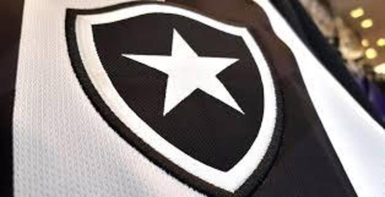 A estrela solitária do Botafogo foi incluída em 1942, com a fusão do time de futebol com o de regatas – uma referência ao fato de os remadores acordarem ainda de madrugada para treinar, quando as estrelas ainda podiam ser vistas no céu do Rio de Janeiro. Em algumas versões, o clube usa uma estrela acima do escudo, que representa o tetracampeonato estadual de 1932/33/34 e 35.