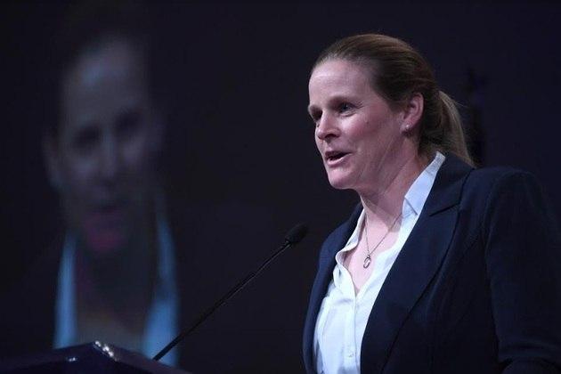 A ex-meio-campista Cindy Parlow subiu três vezes no pódio olímpico com a seleção dos Estados Unidos. Ela foi prata em Sydney 2000 e bicampeã em Atlanta 1996 e Atenas 2004.