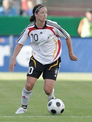 A ex-meio-campista Renate Lingor é outra alemã que conquistou três bronzes no futebol olímpico. Ela subiu ao pódio com a seleção de seu país nas edições de 2000, 2004 e 2008.
