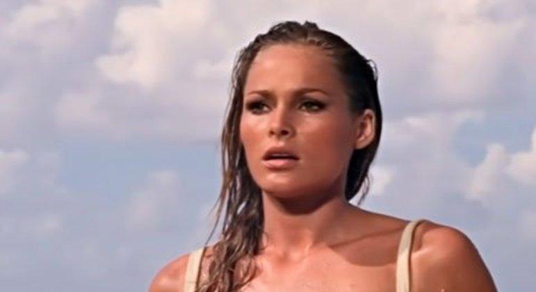 A famosa Bond Girl Honey Ryder (Ursula Andress) sai do mar para surpresa e admiração do agente secreto.