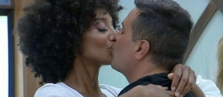 Sabrina e Rodrigo trocam muitos beijos apaixonados