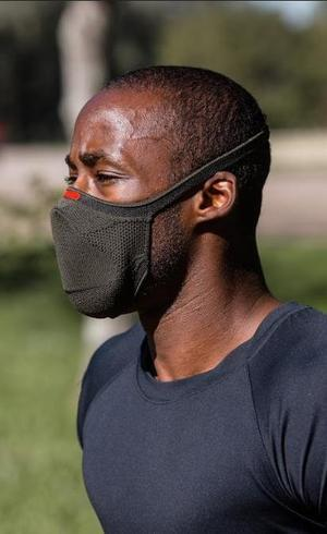 A máscara Knit Fiber tem uma alça regulável e clip nasal de silicone, que é responsável por vedar a parte superior do nariz