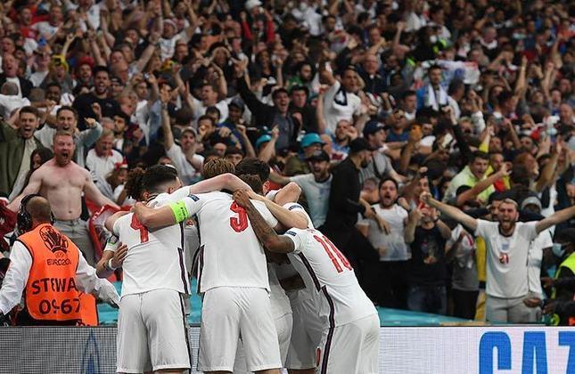A festa da torcida inglesa no momento do gol que abriu o placar do jogo.