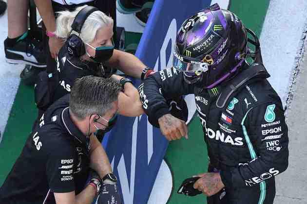 A festa de Hamilton com a equipe, mas sempre respeitando os protocolos sanitários