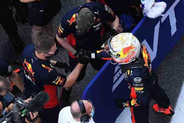 A festa de Max Verstappen com a equipe por dividir a dupla da Mercedes no grid