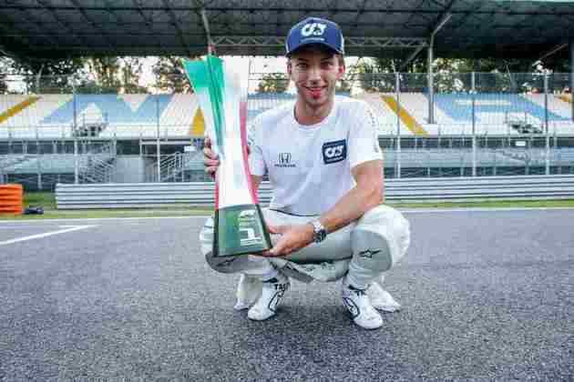 A festa de Pierre Gasly com o troféu de vencedor do GP da Itália