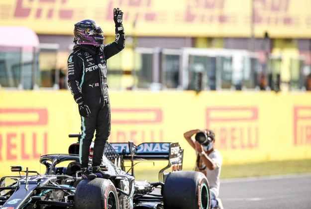 A festa do britânico após mais uma pole na carreira, dessa vez em Mugello
