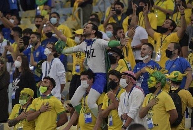 A final da Copa América 2021 contou com público presente no Maracanã e o maior no país desde o início da pandemia da Covid-19. Foram 2200 torcedores para cada seleção além de convidados da CONMEBOL. Apesar das regras de isolamento e uso obrigatório de máscaras, vários torcedores dos dois lados estavam sem nenhuma proteção contra o vírus e se aglomeravam em pequenos blocos. Veja fotos do retorno da torcida ao Maracanã em seu maior público desde março de 2020.