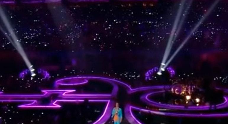 """A forte chuva na Flórida não impediu a grande performance de Prince. Em meio a diversas dificuldades, com """"Purple Rain"""" ele marcou para sempre a história do halftime show."""