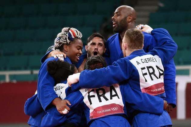 A França conquistou a medalha de ouro no judô por equipe. No tatame do templo Nippon Budokan, os franceses derrotaram os japoneses por 4 a 1 na grande final. Os japoneses sofreram a primeira derrota na história em finais disputadas por equipe.