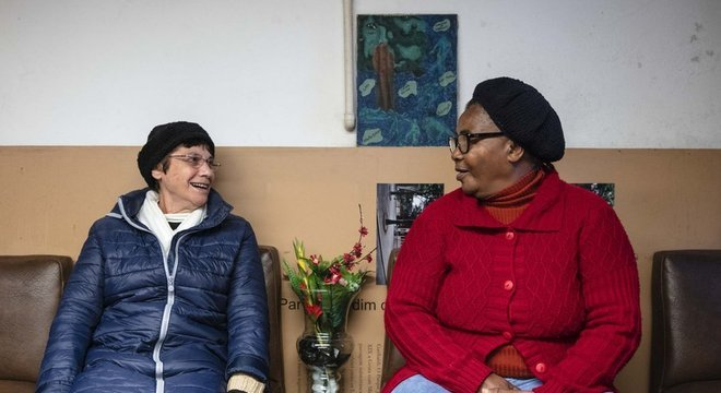 A freira Regina Célia Coradin (à esq.) e Cleone dos Santos (à dir.) comandam a ONG Mulheres da Luz