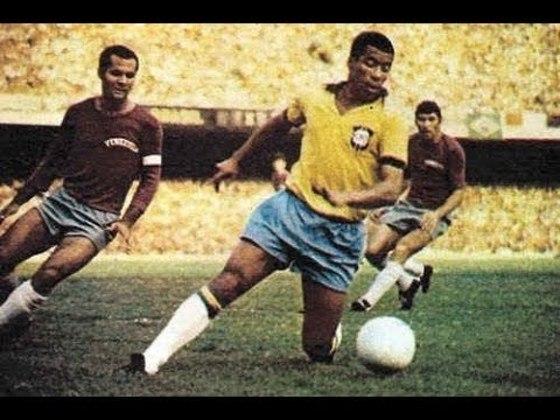 A geração do tricampeonato mundial abre espaço para um dos artilheiros da Seleção Brasileira. Autor de gols em todos os jogos do Brasil na Copa do Mundo de 1970, JAIRZINHO balançou as redes 33 vezes em 81 partidas. Ainda disputou Mundiais de 66 e 74.