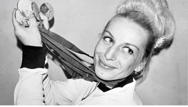 A ginasta checa Vera Caslavska levou 11 medalhas olímpicas para casa, sendo sete de ouro e quatro de prata. As premiações foram entre os Jogos de 60, em Roma, e 68. na Cidade do México.