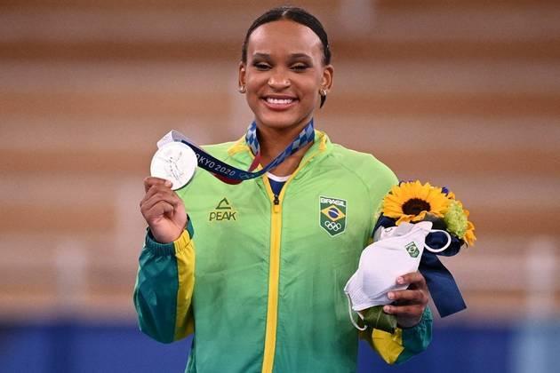 A ginasta Rebeca Andrade emocionou o Brasil ao conquistar a medalha de prata na ginástica artística feminina. A atleta se tornou um dos assuntos mais comentados nas redes sociais.