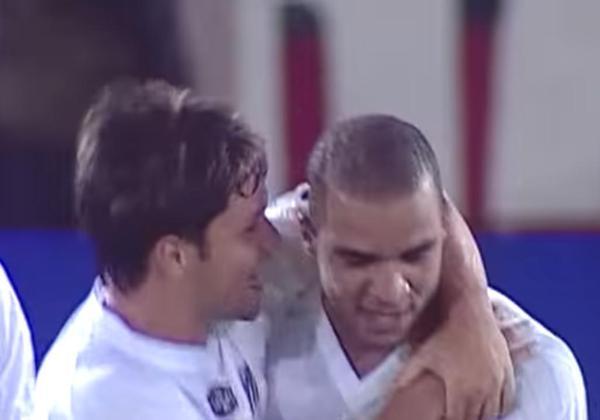 A goleada do Santos por 5 a 1 sobre o América de Cali, da Colômbia, fora de casa foi especial por Alex, por inúmeros motivos: foi a estreia do zagueiro na Libertadores, já marcando gol (o segundo do Peixe) e o seu primeiro de falta na carreira. Dos seus 20 gols com a camisa alvinegra, cinco foram em tiros diretos.