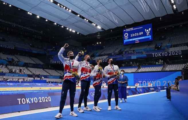 A Grã-Bretanha ficou com a medalha de ouro no revezamento 4x200m livre após terminar a prova com o tempo de 6m58s58. O time britânico foi formado por Tom Dean, James Guy, Matthew Richards e Duncan Scott. O Comitê Olímpico Russo ficou com a prata e a Austrália com o bronze.