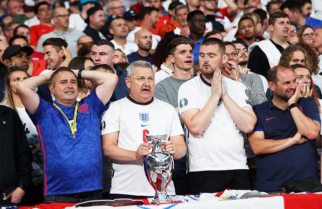 A grande decisão da Eurocopa 2020 está sendo disputada com presença de torcida no Estádio de Wembley, em Londres. Para a final, o governo britânico liberou cerca de 70% da capacidade do estádio para os torcedores italianos e ingleses. Confira as fotos do público presente!