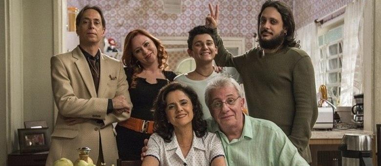 """Agostinho ( Pedro Cardoso ), Bebel ( Guta Stresser ), Florianinho ( Vinícius Moreno ), Tuco ( Lúcio Mauro Filho), Nenê ( Marieta Severo ) e Lineu ( Marco Nanini), o elenco da segunda versão de """"A Grande Família"""""""