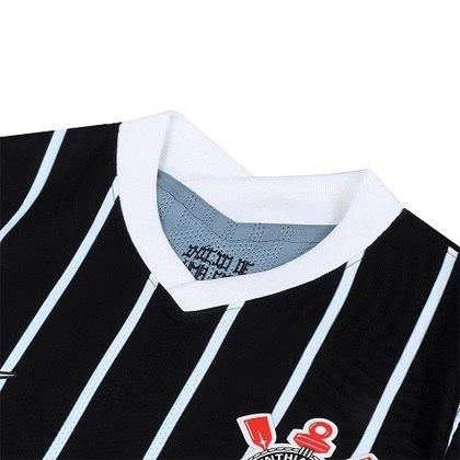 """A homenagem ao título de 90 é registrado com a inscrição """"Início de Uma Era"""" na parte interna da camisa, na altura da nuca"""