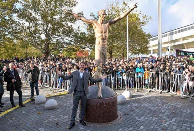 A idolatria dos suecos por Ibrahimovic é tanta que ele ganhou uma estátua em seu país. Sobre esse feito, ele enfatizou sua grandeza: