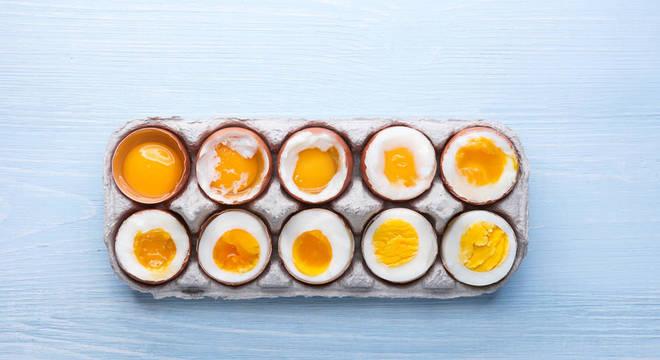 A imagem contém dez ovos, indo do cru até o cozido.