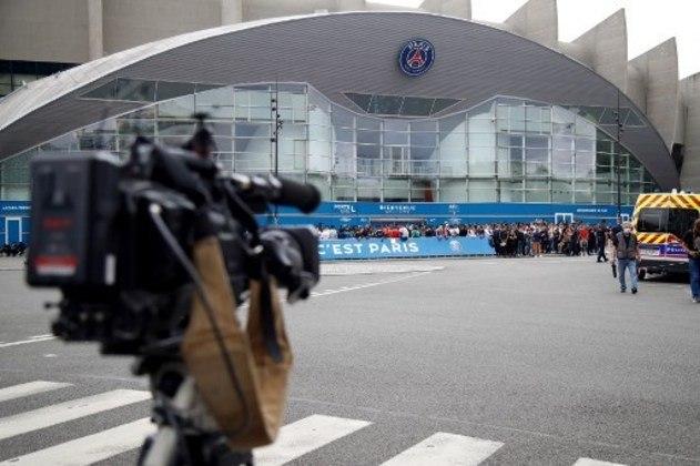 A imprensa também se faz presente em possível chegada de Messi e grava aglomeração de torcedores