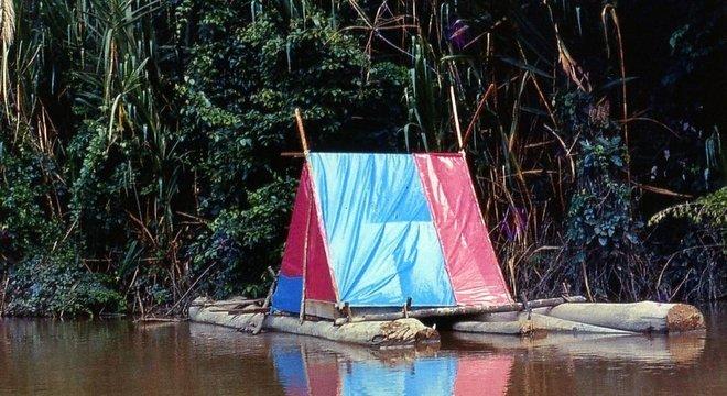 A jangada 'The Pink Palace' que Holly e Fitz construíram para descer o rio