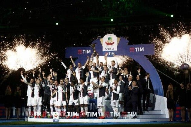 A Juventus, da Itália, não fica atrás. São 35 títulos do Calcio, sendo também oito na sequência, de 2011 para 2019. No momento, ela é a líder da atual temporada.