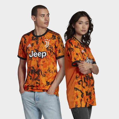 A Juventus resolveu ousar na temporada 2020/2021 e apostou na mistura do laranja e preto para o seu terceiro uniforme. Não ficou muito bom, né?!