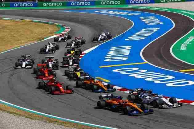 A largada do GP da Espanha, com muitas disputas no pelotão intermediário