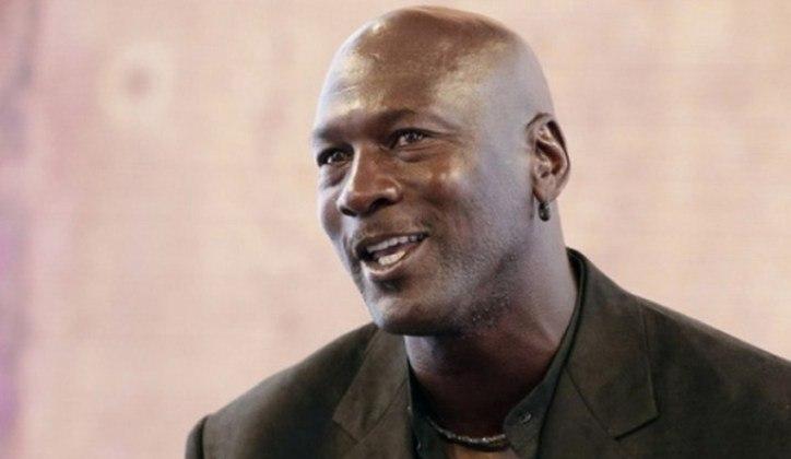 """A lenda do basquete Michael Jordan expressou indignação com o episódio. O ex-jogador do Chicago Bulls afirmou nas redes sociais: """"Estou profundamente triste, repleto de dor e com muita raiva. Vejo e sinto a dor, a indignação e a frustração de todos. Estou do lado daqueles que se opõem ao racismo e à violência arraigados contra pessoas de cor em nosso país. Basta"""