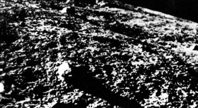 As primeiras imagens feitas na Lua foram enviadas à Terra pela sonda soviética Luna 9, em 1966 Luna 2