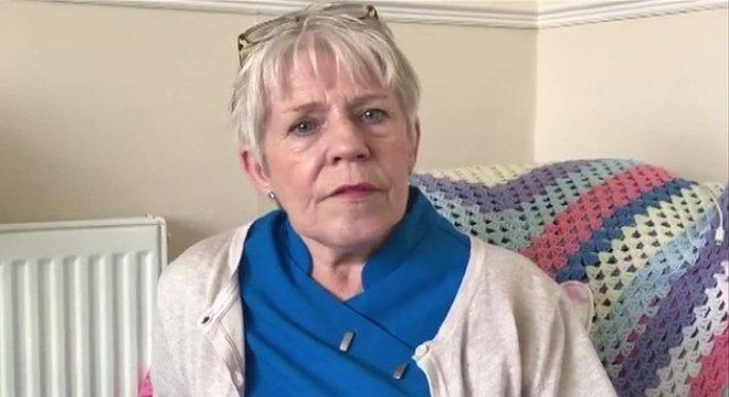 A mãe de Lucy, Sue, precisa ficar com ela durante a semana para garantir que ela acorde a tempo de ir trabalhar
