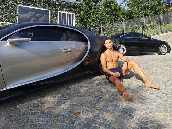 A mais nova aquisição de Cristiano Ronaldo foi um Bugatti Centodieci exclusivo, que possui apenas dez unidades produzidas e custa R$ 50,1 milhões. A máquina chega aos 100 km/h em apenas 2,4 segundos.