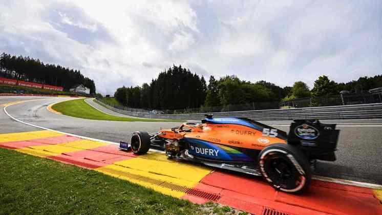 A McLaren #55 de Carlos Sainz em alta velocidade na temida Eau Rouge