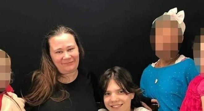A menina que a mãe alega ser uma adulta com sua nova família