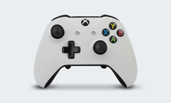 A Microsoft adotou um controle mais polido a partir do Xbox 360 e fez pequenas alterações para a geração seguinte, o Xbox One.