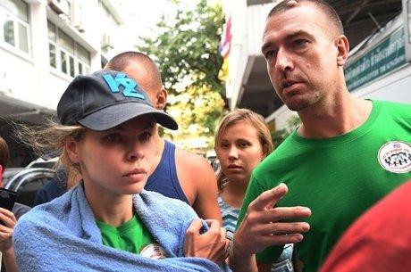 """Rybka e seu """"guru da sedução sexual"""" Alexander Kirillov foram deportados da Tailândia este mês. Ela acabou presa de novo, na Rússia"""