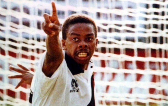 A morte de Dener, uma das grandes revelações brasileiras das últimas décadas, foi pouco antes da revanche contra o Flamengo. A homenagem ao atacante foi um incentivo a mais ao Vasco na reta final da competição.