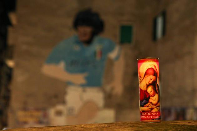 A morte de Diego Armando Maradona nesta quarta-feira (25) foi um grande choque em todo o mundo. Na cidade de Nápoles, na Itália, onde o ex-jogador brilhou com a camisa do Napoli, fãs fizeram homenagem 'Dieguito'. Veja a seguir.