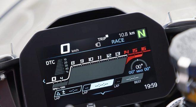 A moto ganhou novo painel de instrumentos, com tela TFT de 6,5 polegadas / Divulgação