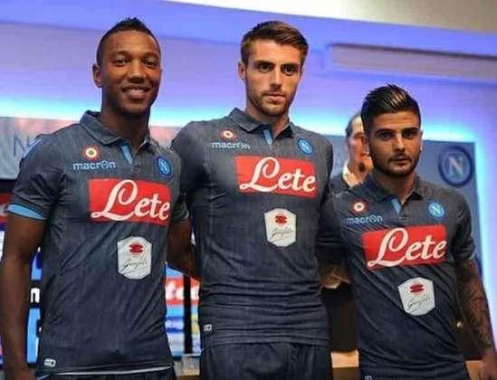 A Napoli de vez em quando inova na produção do terceiro uniforme, principalmente quando a equipe italiana jogou com uma camisa que simulava uma calça jeans