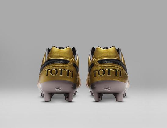 A Nike preparou uma chuteira especial para comemorar os 25 anos de carreira do jogador italiano Francesco Totti, no ano de 2017
