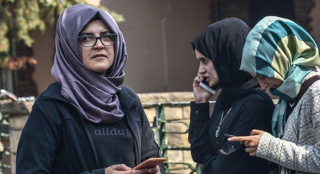 A noiva do jornalista, Hatice Cengiz, disse que esperou do lado de fora do consulado durante 11 horas, mas ele não apareceu