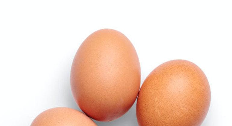 A nutricionista Abykeyla Tosatti aponta que os ovos são uma boa fonte de tiamina e a niacina (vitaminas do complexo B), que colaboram com o bom humor. Uma unidade no dia é recomendado.