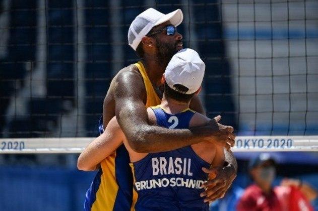 A outra dupla masculina do Brasil composta por Bruno Schmidt e Evandro também é favorita, entretanto o Brasil tem chance de conquistar apenas uma medalha na chave masculina, pois as duplas brasileiras estão com o caminhos traçados para se cruzarem nas quartas de final, restando apenas um na disputa por uma medalha.