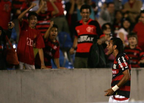A passagem do atacante Dênis Marques no Mengão foi curta, porém é lembrada de forma positiva pois estava no grupo campeão brasileiro de 2009. Nasceu em Maceió, no Alagoas.