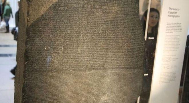 A Pedra de Roseta, encontrada no Egito, foi fundamental para que estudiosos conseguissem decifrar o significado dos hieróglifos