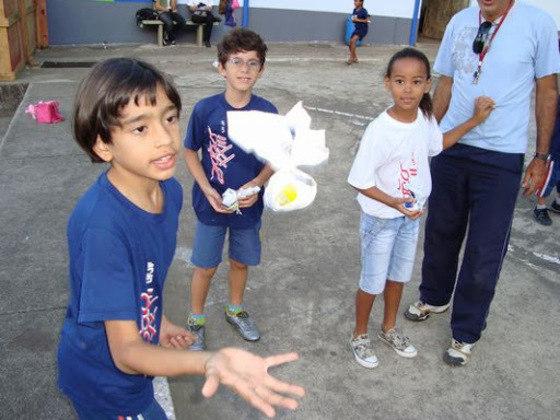 """A peteca também é uma boa pedida. É possível brincar apenas com as mãos, com improviso de redes ou com """"raquetes"""", como tampa de panelas."""