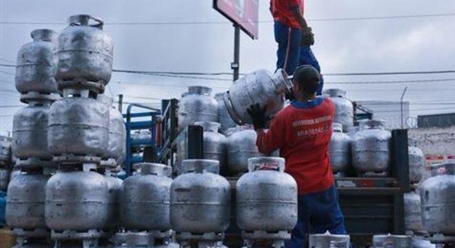 A Petrobras reajustou o valor que começa a ser praticado nesta sexta-feira (27)